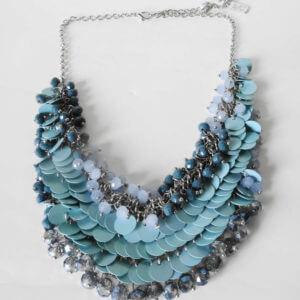 Wie die Farbe des Meeres-Collier versilbert mit verschieden farbigen blauen Perlen und Scheibchenpailetten