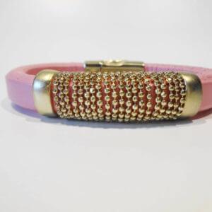 Hochwertig verarbeitetetes Lederarmband in Rosa mit matt vergoldeter Kordel und matt vergoldetem Magnetverschluss
